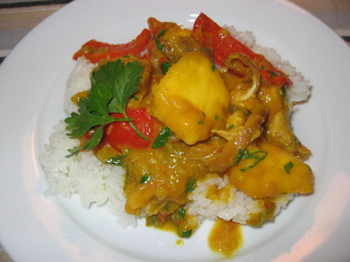 Arroz, pollo, cerdo y mango al curry