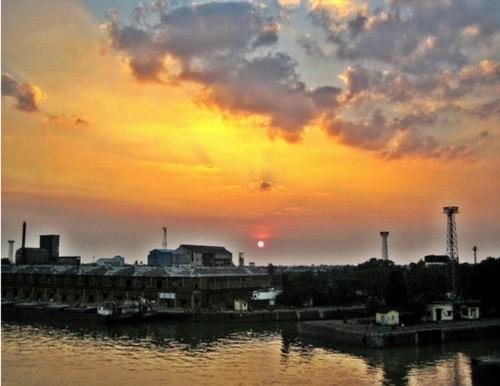 El moderno puerto de Calcuta